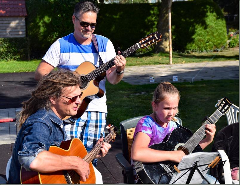 Burendag, 5 muzikaal trio